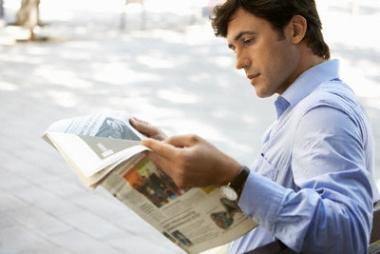 man-reading-newspaper memilih reksadana