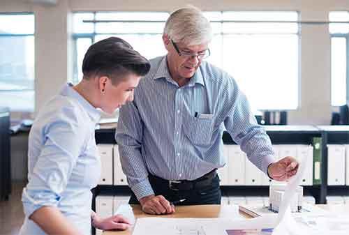 Bagaimana Cara Menghadapi Rekan Kerja yang Lebih Senior 1 -Finansialku