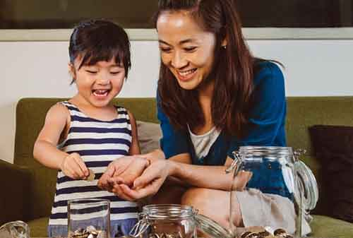 Ada 9 Cara Terbaik Mengajarkan Anak Tentang Beramal