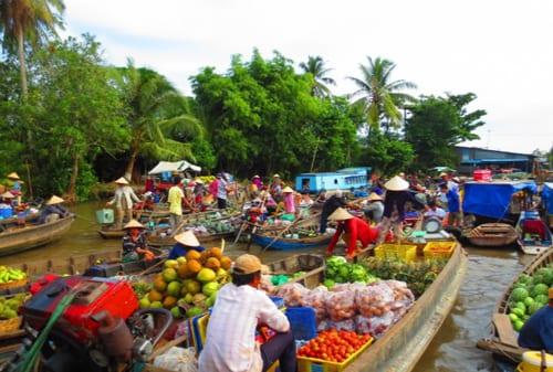 5 Pasar Terapung Paling Bagus di Dunia Ada Indonesia Juga Lho 03- Finansialku