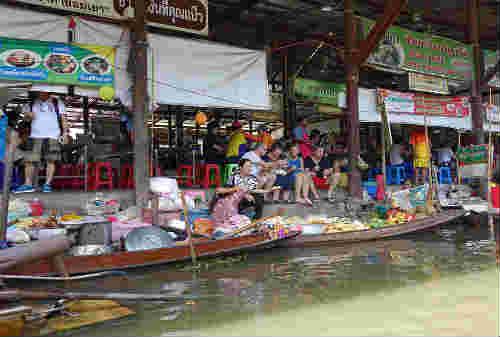 5 Pasar Terapung Paling Bagus di Dunia Ada Indonesia Juga Lho 04- Finansialku