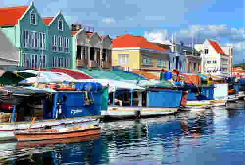 5 Pasar Terapung Paling Bagus di Dunia Ada Indonesia Juga Lho 06- Finansialku