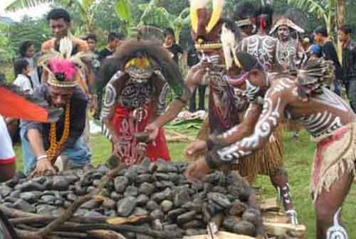 Tradisi Natal Unik Indonesia Barapen 10a Finansialku