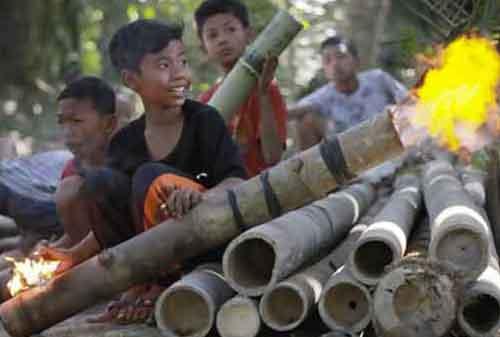 Tradisi Natal Unik Indonesia Meriam Bambu 05a Finansialku