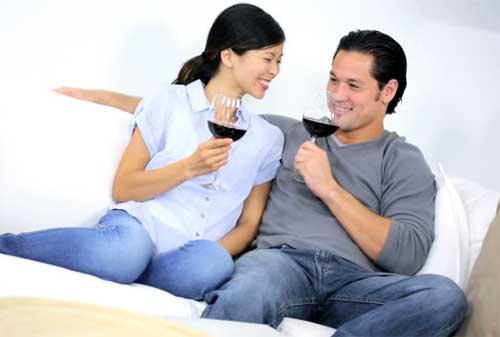 Mau Tahu 20 Ide Kencan Bersama Pasangan Agar Tidak Mengganggu Dana Pernikahan 05 Minum Wine - Finansialku