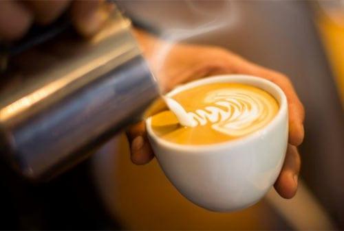 Bisnis Waralaba Kedai Kopi yang Menjanjikan: Daycinno, Starbucks, Coffee Toffee, Anomali Coffee, dan Killiney Kopitiam