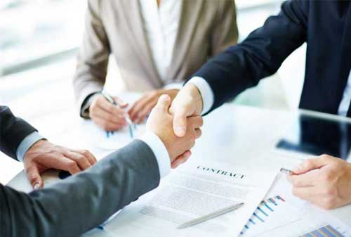 Rahasia Mengembangkan Keahlian Negosiasi Untuk Karyawan Pemula 03 Jabat Tangan - Finansialku