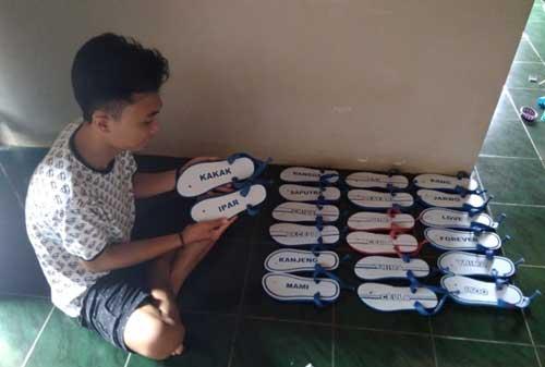 Inspirasi Bisnis Kreatif Kisah UMKM Sandal Jepit Mengukir Pundi-Pundi Rezeki 02 Sandal Jepit Ukir 2 - Finansialku