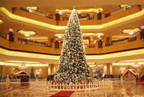 Pohon Natal 11 (The Emirates Palace Hotel Decorated Christmas Tree) - Finansialku