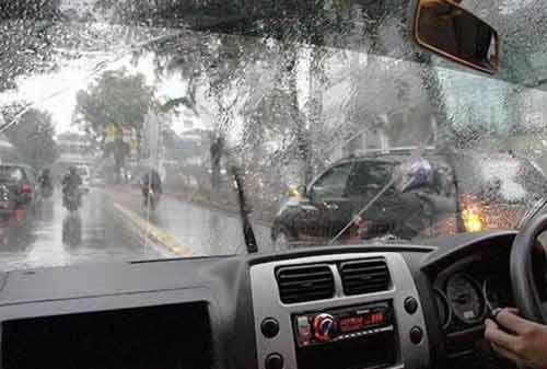 Bahaya Berkendara di Musim Hujan 02 - Finansialku