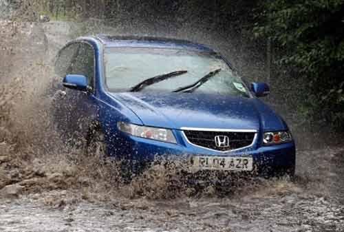 Bahaya Berkendara di Musim Hujan 04 - Finansialku