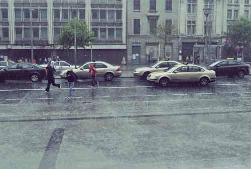 Bahaya Berkendara di Musim Hujan 05 - Finansialku