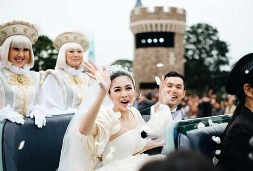 IRIT! Cara Merencanakan Pernikahan Sendiri Supaya Makin Lengket Bareng Doi 02 Sandra Dewi Wedding - Finansialku