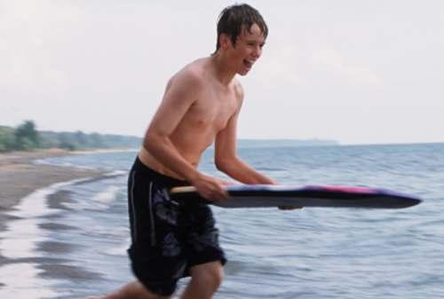 Santai Kaya di Pantai Ini Dia Tips Memilih Baju Pantai Pria! 02 Selancar - Finansialku